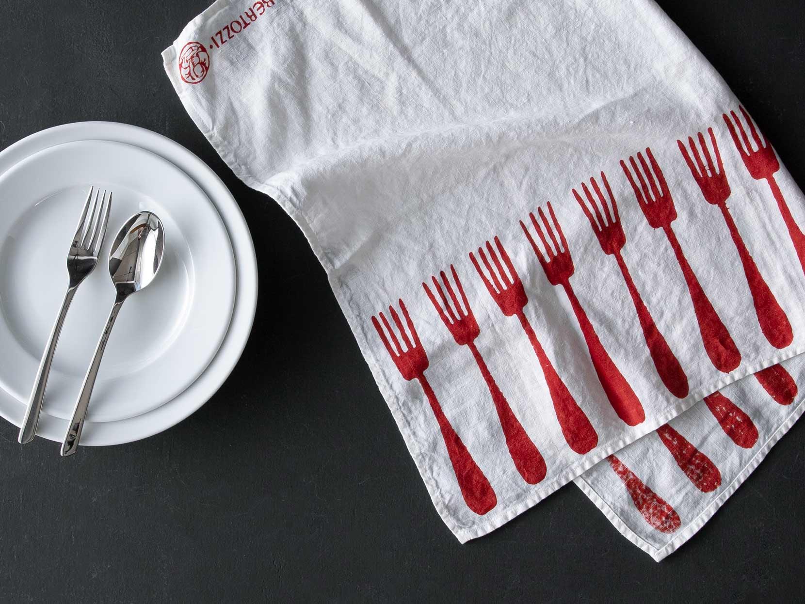 フォーク柄のキッチンクロスと白いプレート